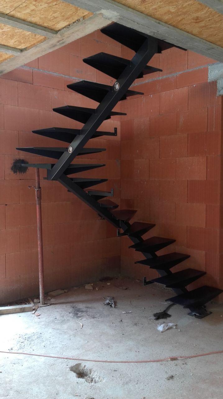 Escalier métal fabriqué par AF métal. <br /> Le garde corps sera monté prochainement. <br /> Les marches en bois apporteront la touche finale lorsque le chantier sera terminé.