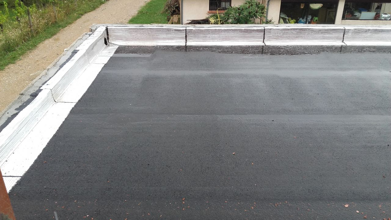 L'étanchéité de la partie toit terrasse est terminée. <br /> Un bel orage a permis de vérifier l'écoulement des eaux. <br /> La configuration du toit est en L, il y a 2 pentes. L'eau stagne de manière résiduelle sur la longueur, cela aurait certainement mérité une légère pente pour améliorer l'écoulement.