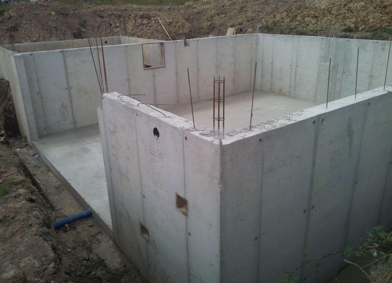 Vide sanitaire et dalle sous-sol coulés et décoffrés. <br /> Drain de 6m de long posé sous la dalle du sous-sol