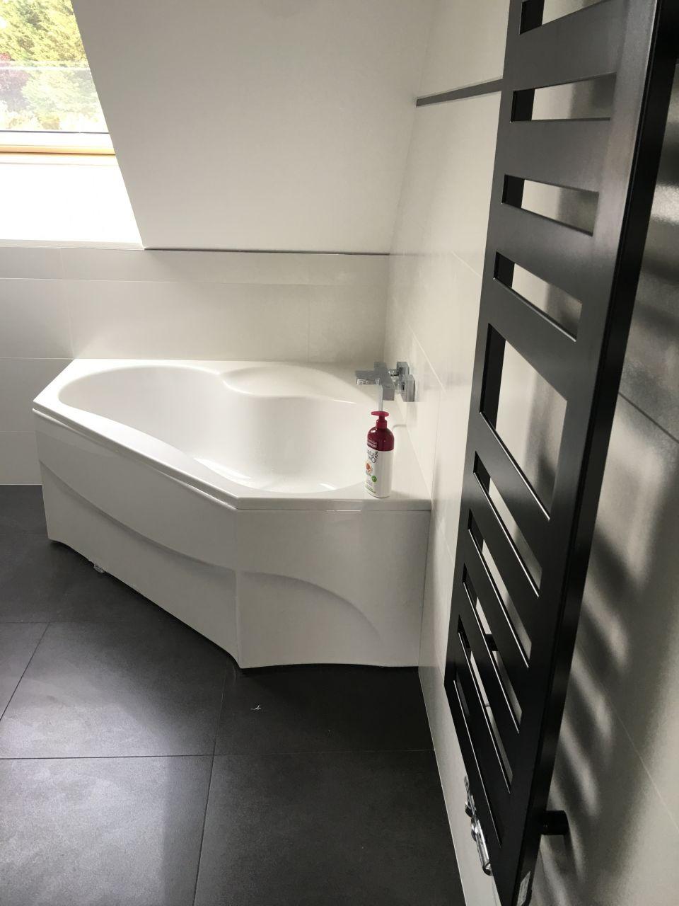 Salle de bain... Heureusement que le commercial nous avait dit que la baignoire sous le rampant ca se faisait pas et que ca allait être moche!