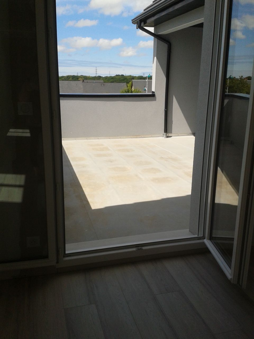 La pièce de l'étage avec vue sur la terrasse