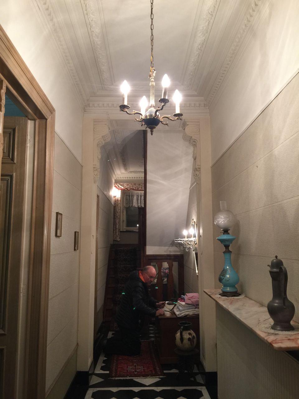 Hall d'entrée de la porte vers escalier avant que la maison ne soit vidée