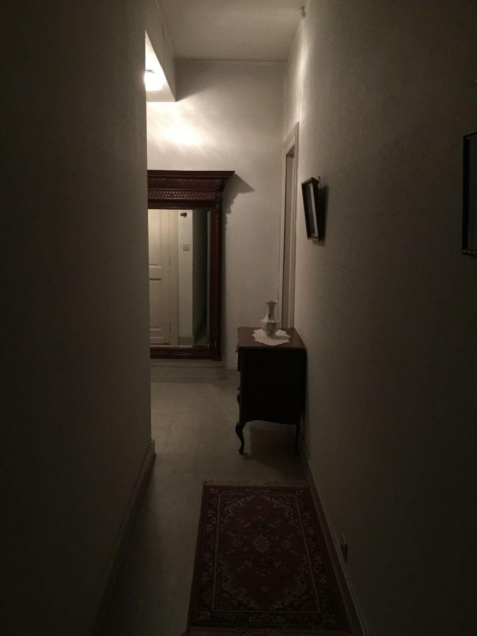 Hall de nuit avant que la maison ne soit vidée.