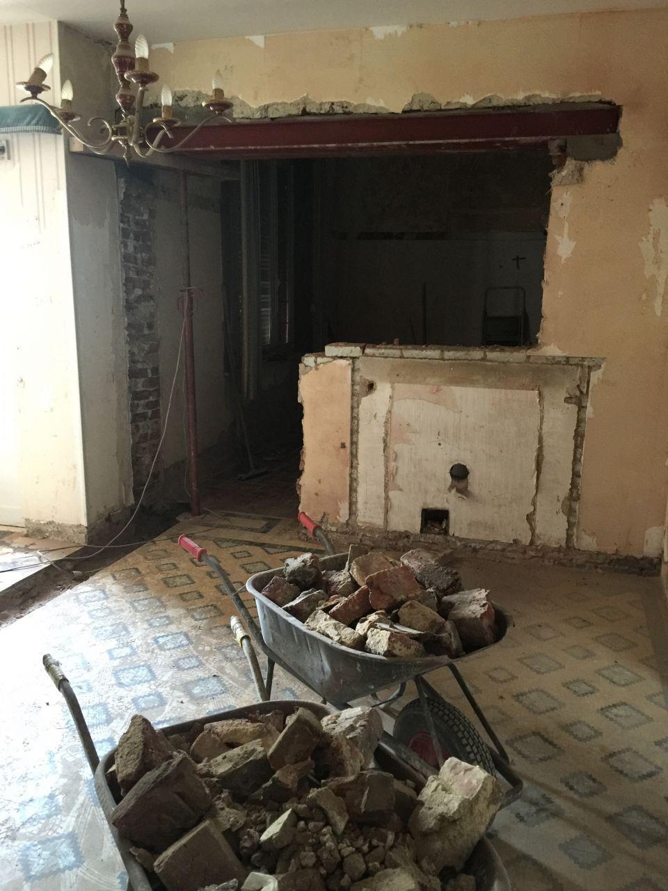 Démolition partielle du mur entre la SAM et la future cuisine pour avoir une vue entre les deux