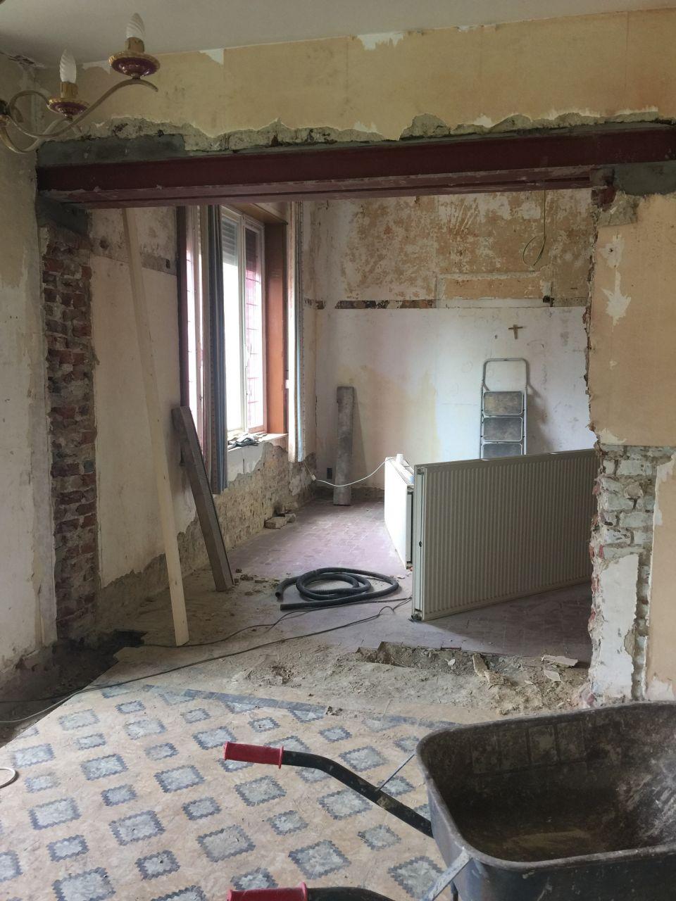 Le muret entre la future cuisine et la SAM est démoli temporairement car en trop mauvais état. Il sera reconstruit après