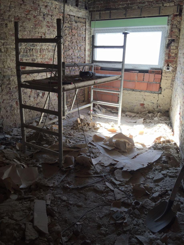 Plafond cassé de la maison accolée (anciennement on louait cette partie à un vétérinaire, composée de 2 pièces: le cabinet et la salle d'attente). Du coup on découvre une chouette charpente sous le faux plafond