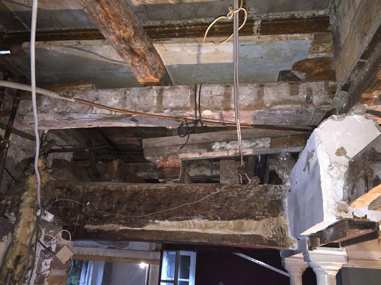 dalle béton étage de 6cm, ferraillée, vue d'en haut, soutenue entre autre d'ancien madriers, bref, un gros bordel