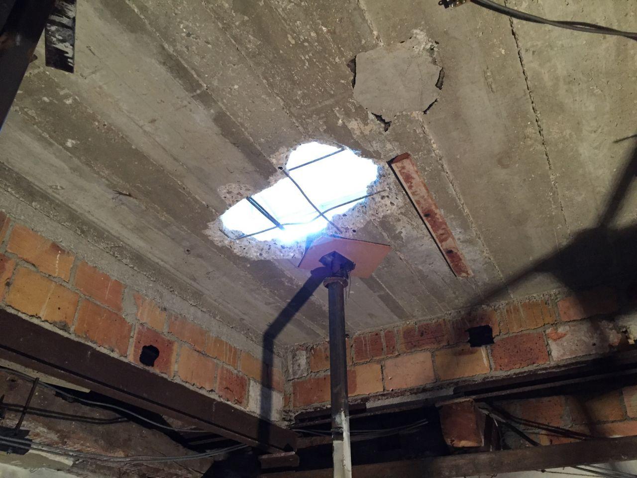 dalle béton étage de 6cm, vue d'en bas, soutenue par un contrefort en brique de 10 portés par des IPN de faible section. J'ai réalisé ce trou pour sonder la dalle.