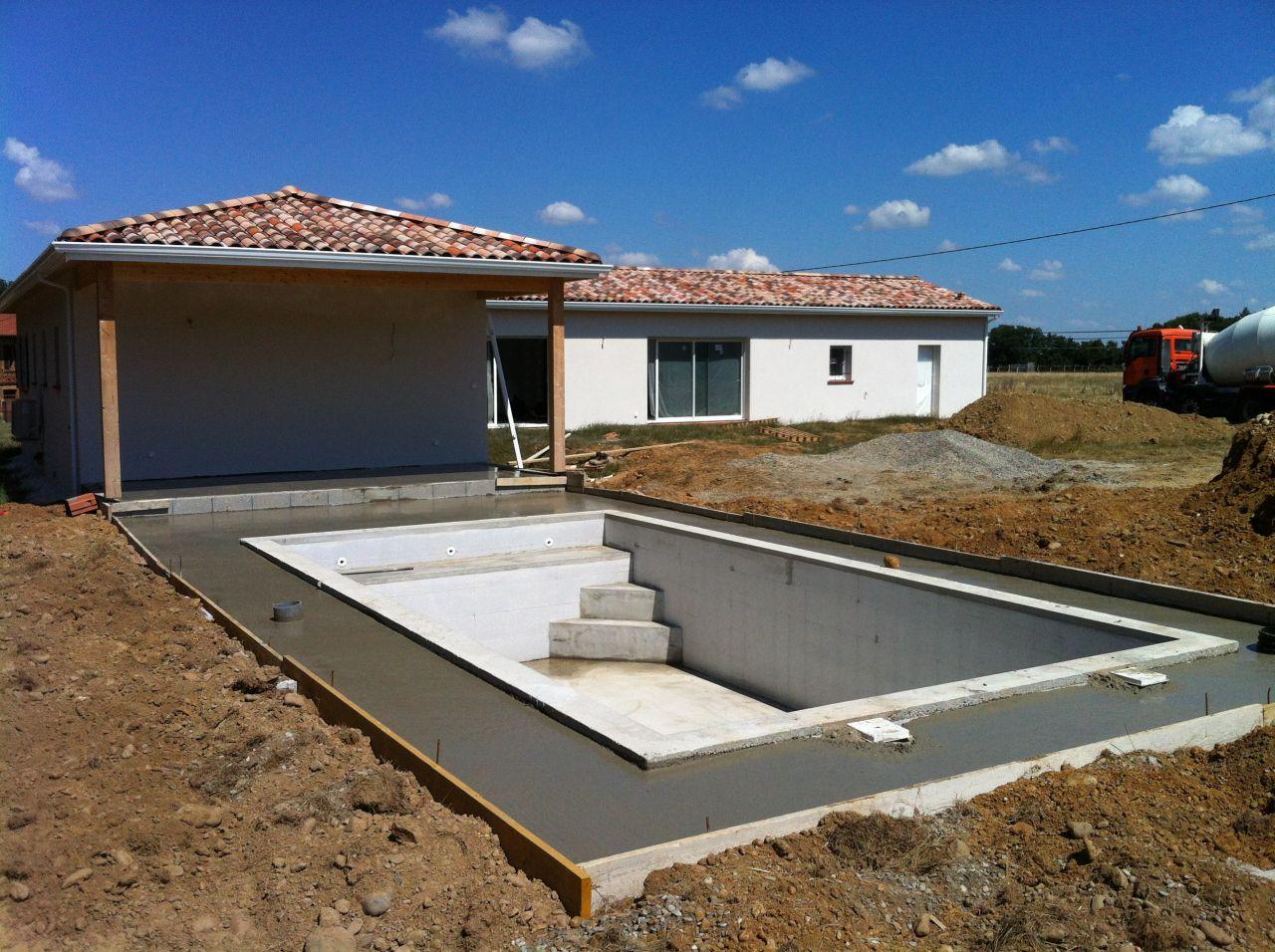 chape béton de la piscine et de la terrasse couverte