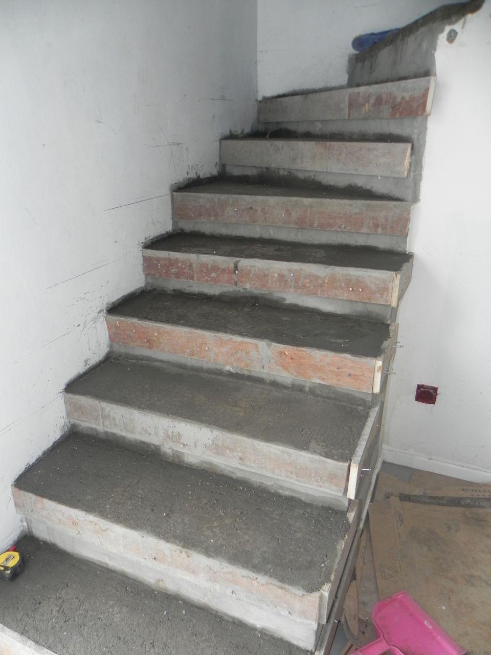 Photo escalier b ton futures marches en bois escalier for Construction escalier beton interieur