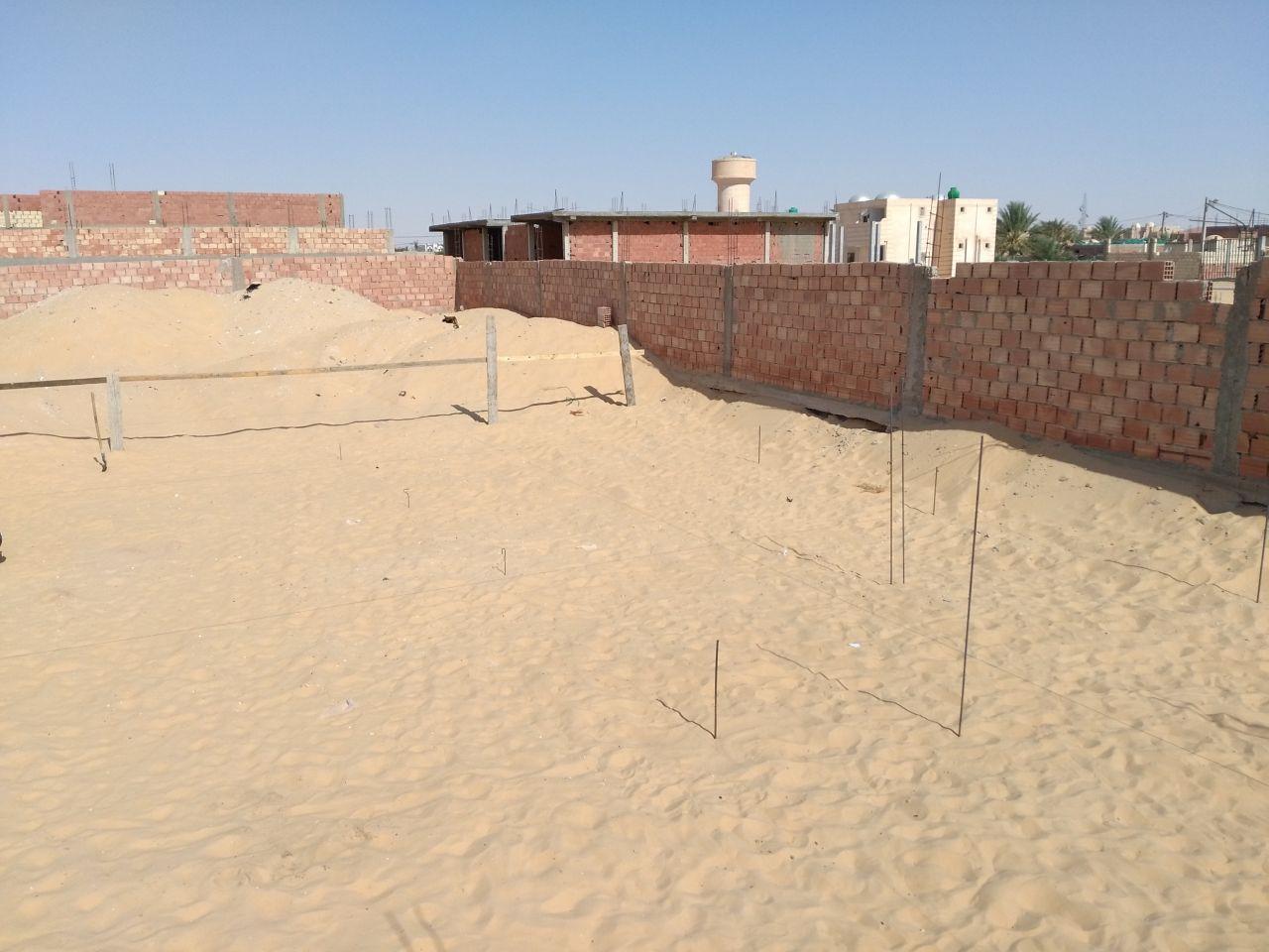Début des travaux, délimitation de la zone et quadrillage à base de fils de fer pour marquer l'emplacement des futurs poteaux.