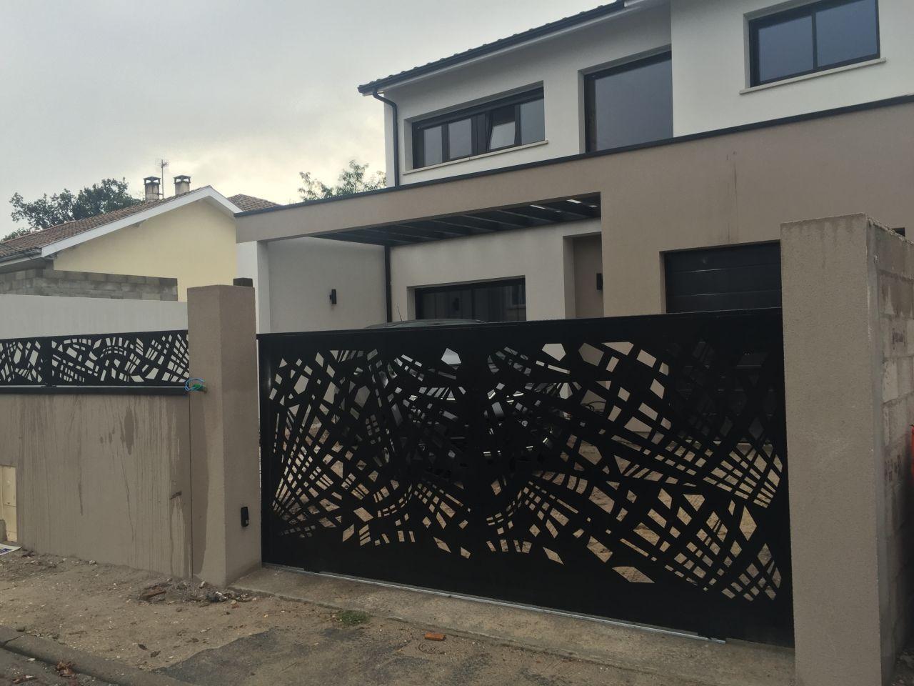 Le portail et les palissades ajourés selon le PLU en acier noir 9005