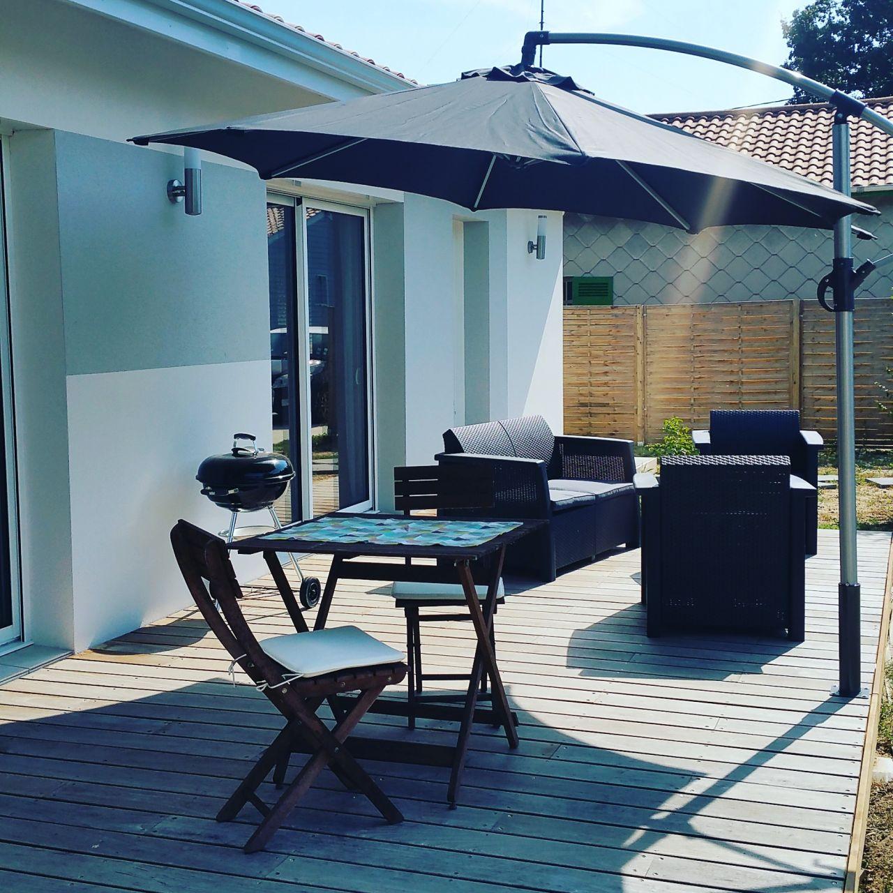 Habillage terrasse finie et parasol installé :)
