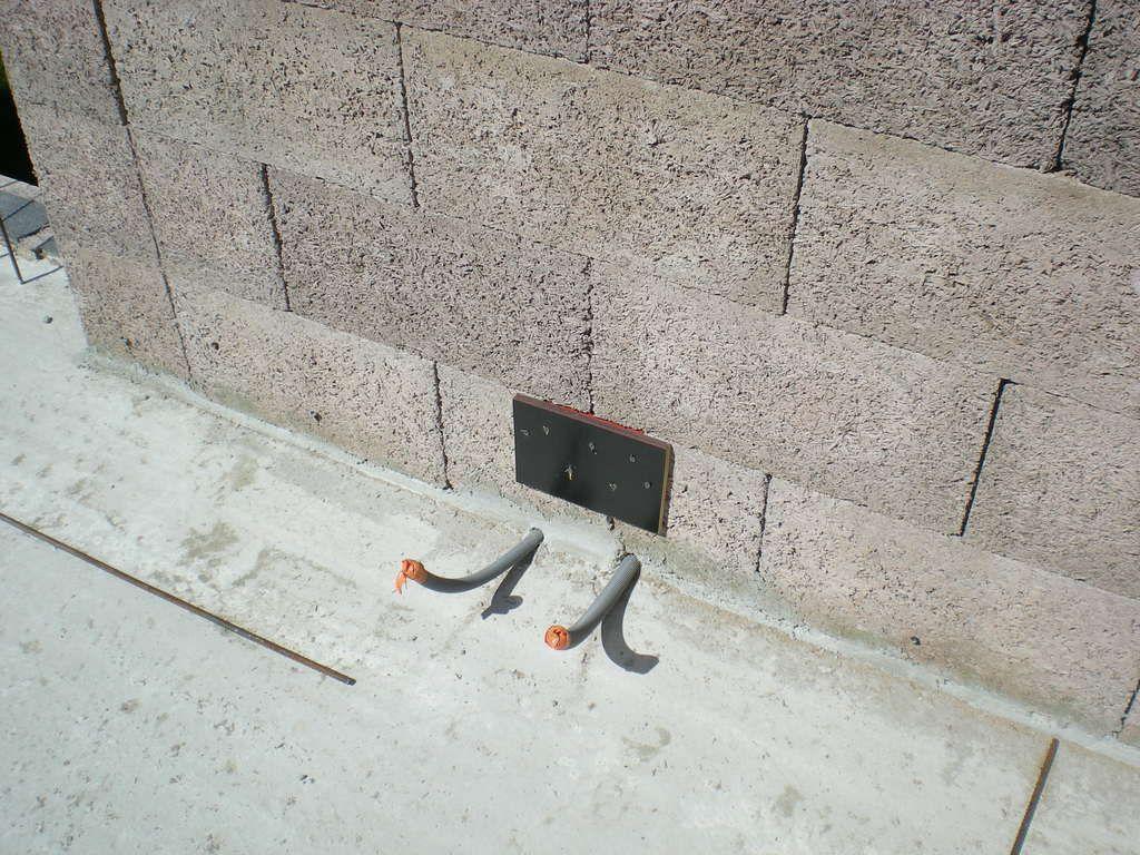 Bloc prise intégré au mur avant remplissage