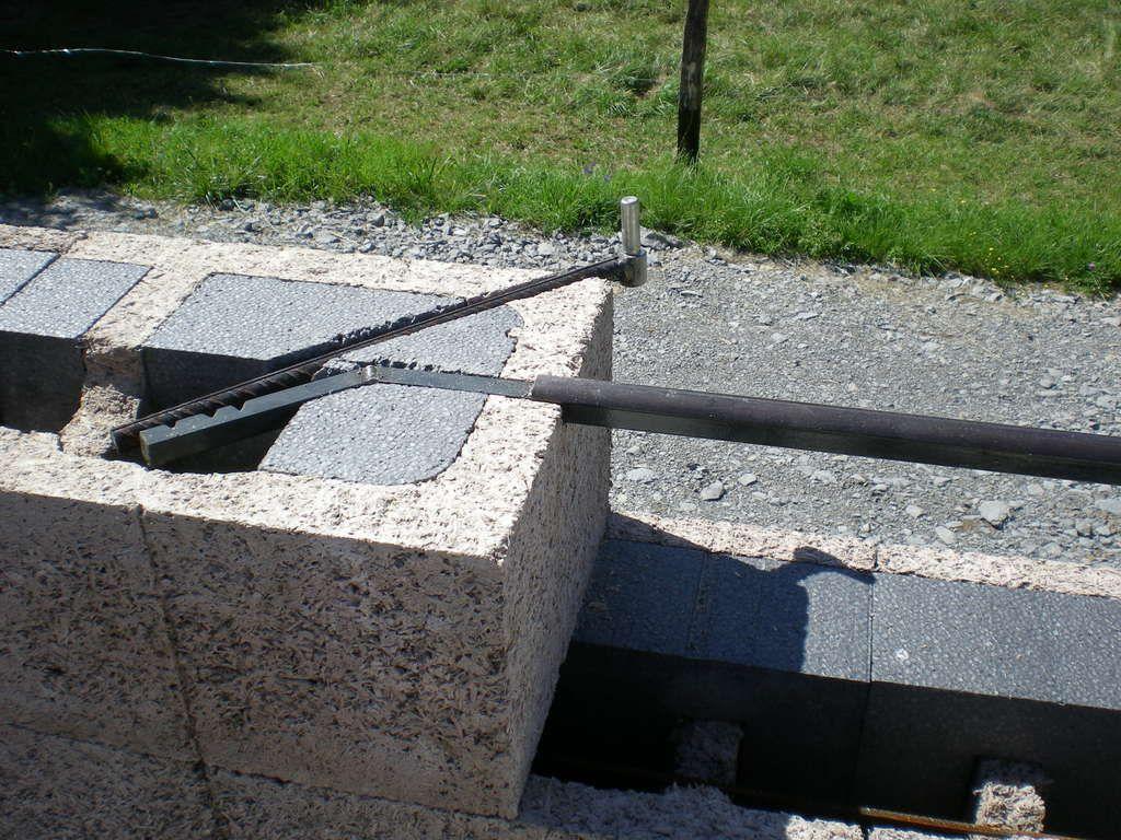 Détail des barre d'appuis et des gonds de volet