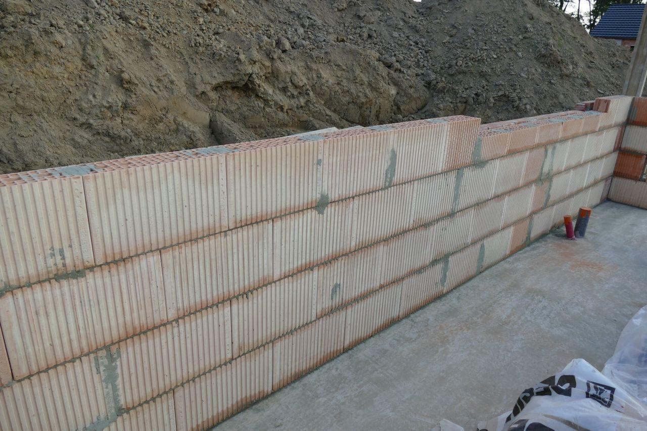 Début de la pose des briques de structure, des Porotherm T15