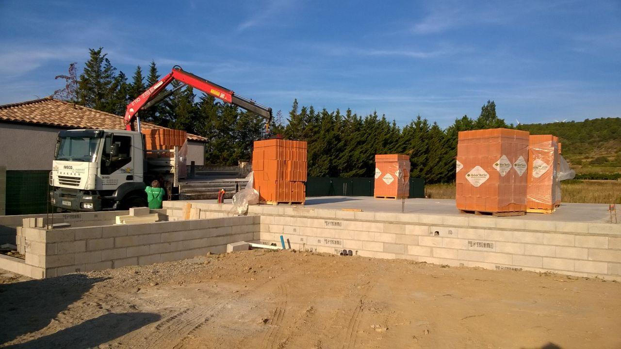Livraison des 7 palettes de briques sur le chantier