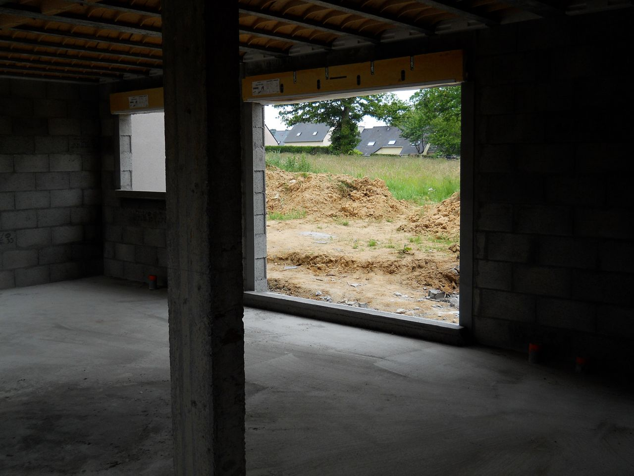 Élévation des murs et de l'étage terminé. Vue du RdC vers l'arrière de la maison, côté jardin.