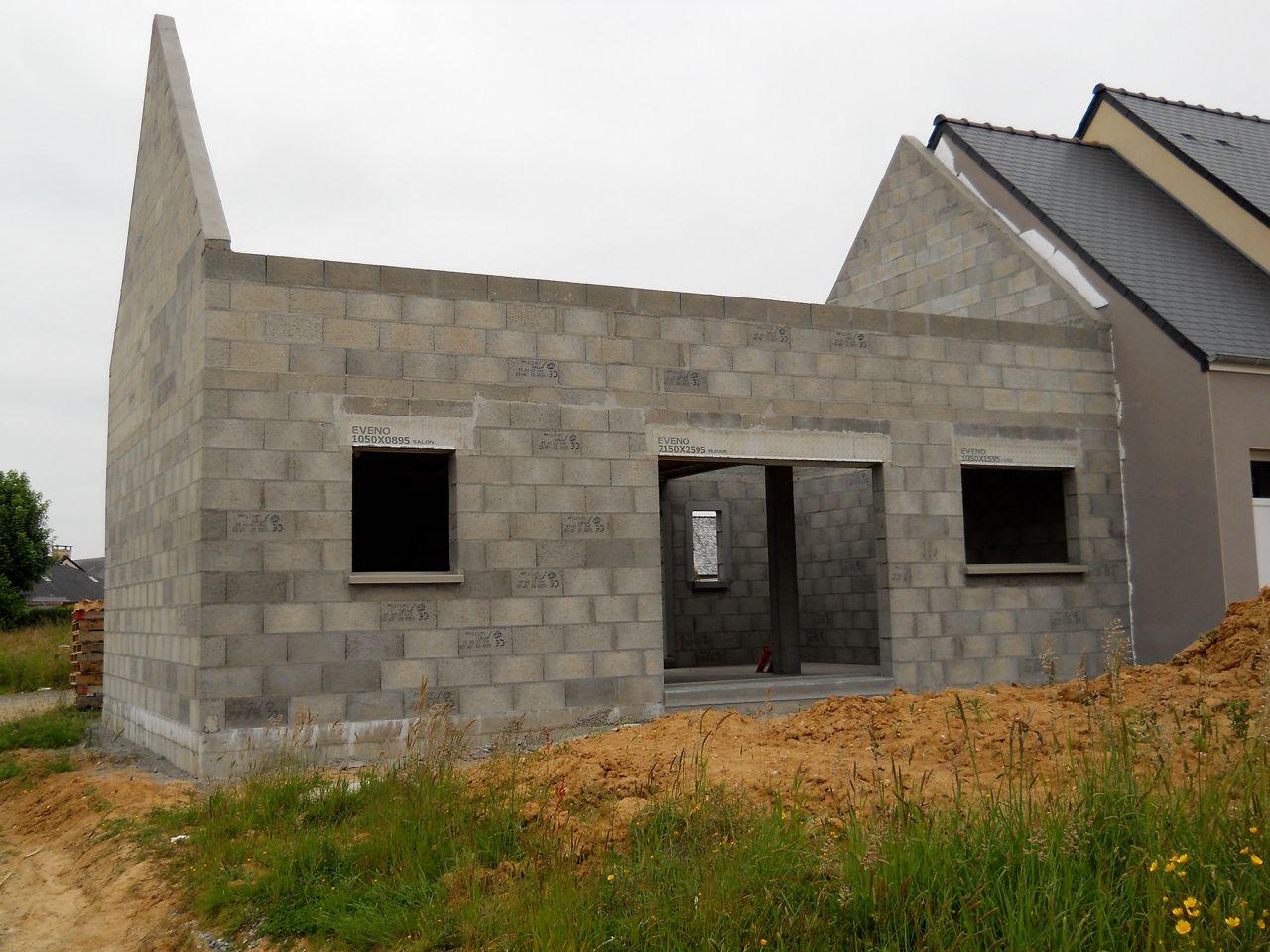 Élévation des murs et de l'étage terminé. Vue depuis le côté jardin.