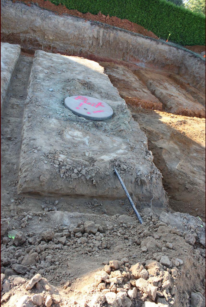 Et un joli puits dans l'emprise de la construction...
