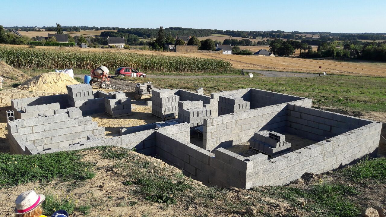 D&eacute;but de la construction du vide sanitaire. <br /> On s?arr&ecirc;tera &agrave; 5 hauteurs de <a href=