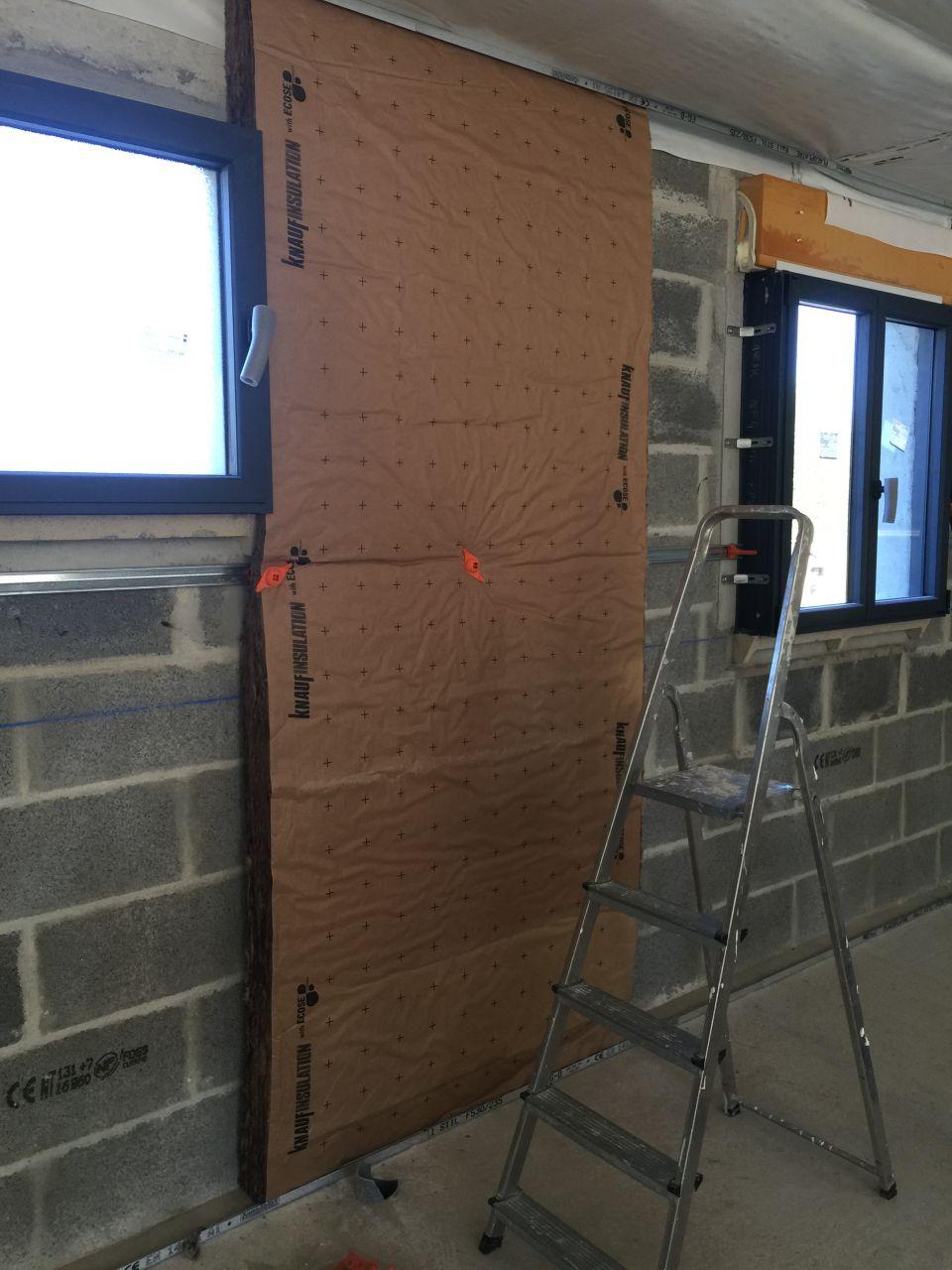 Pose de mon premier panneau d'isolation sur les murs périphériques.