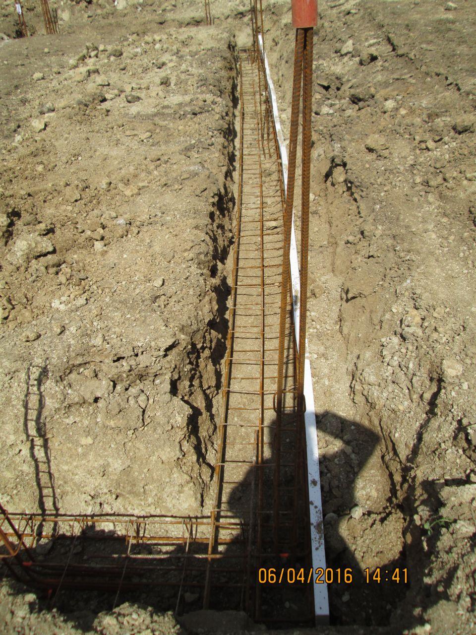 Ferraillage fondations + plaque polystirene (notez l'effort réalisé pour avoir des fondations droites...)