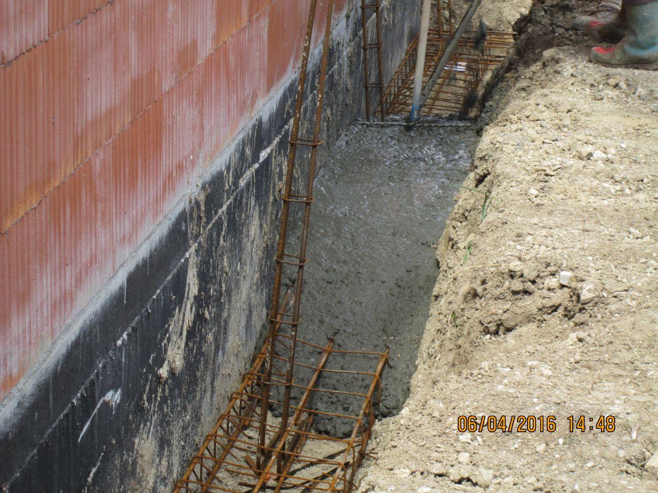 coulage des fondations du côté de la maison déjà construite : oubli de la plaque de polystyrene