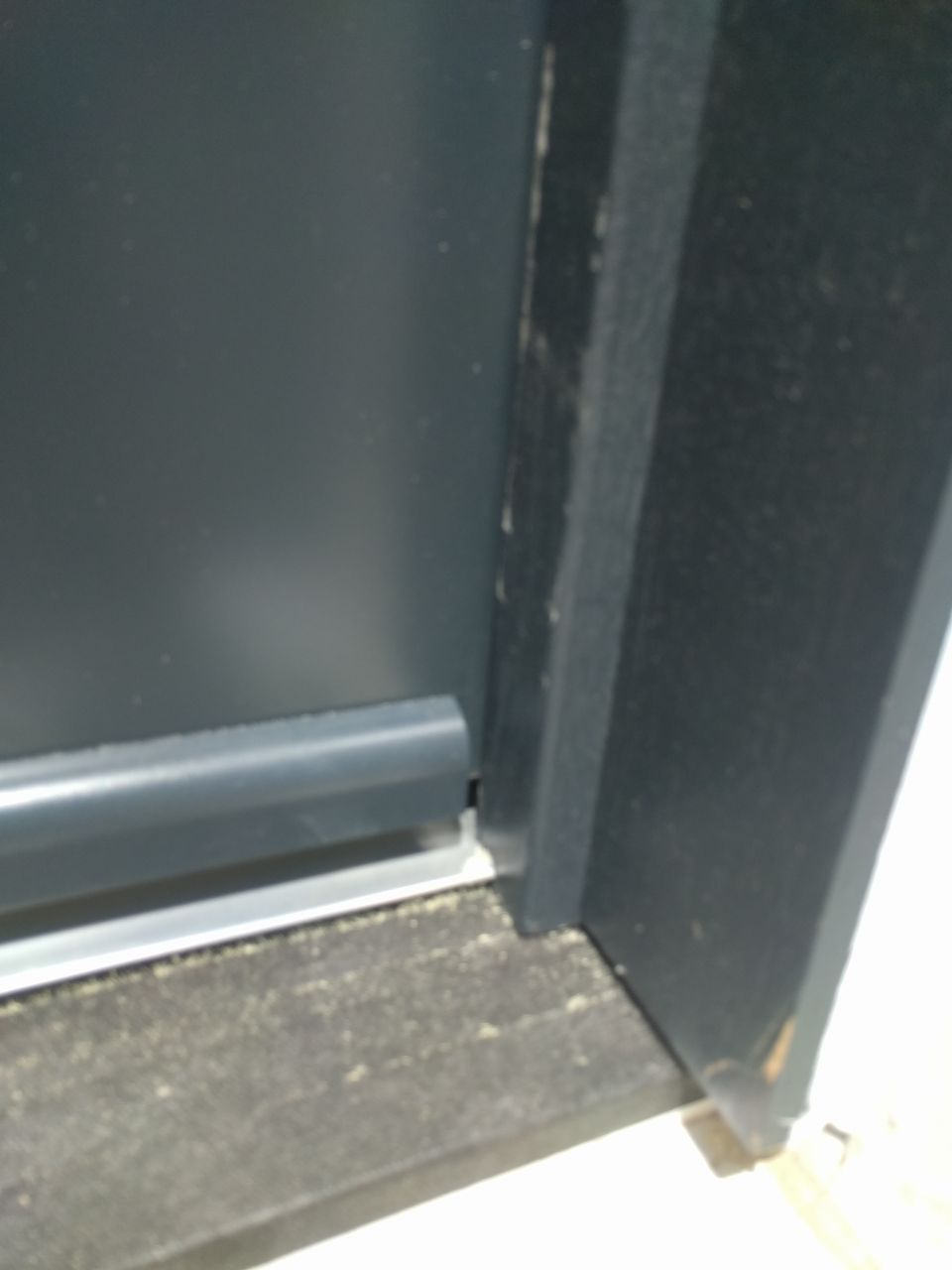 Cadre de la porte d'entrée abîmé
