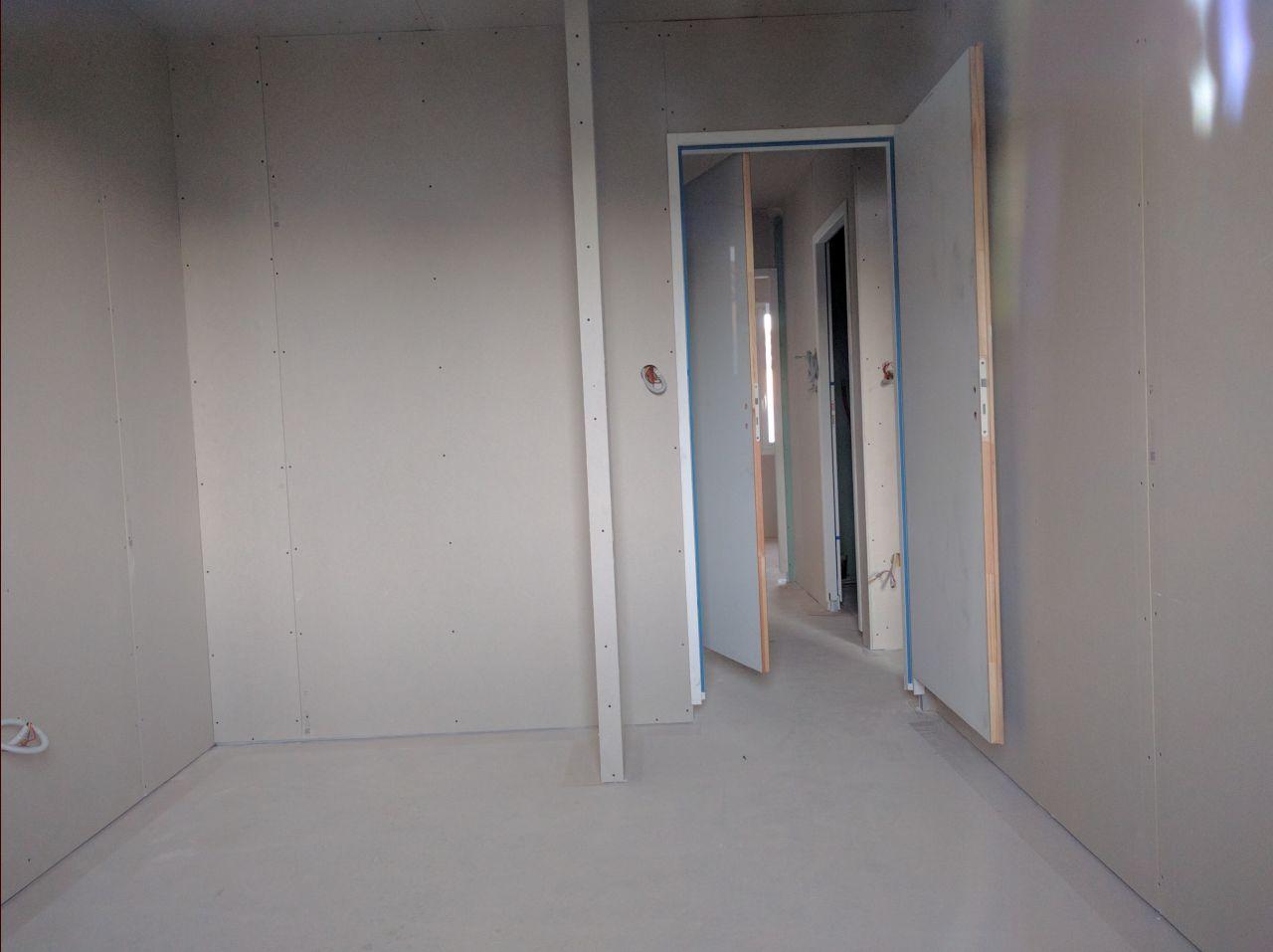 La porte du cellier ne s'ouvre pas entièrement et bloque la circulation dans le dégagement