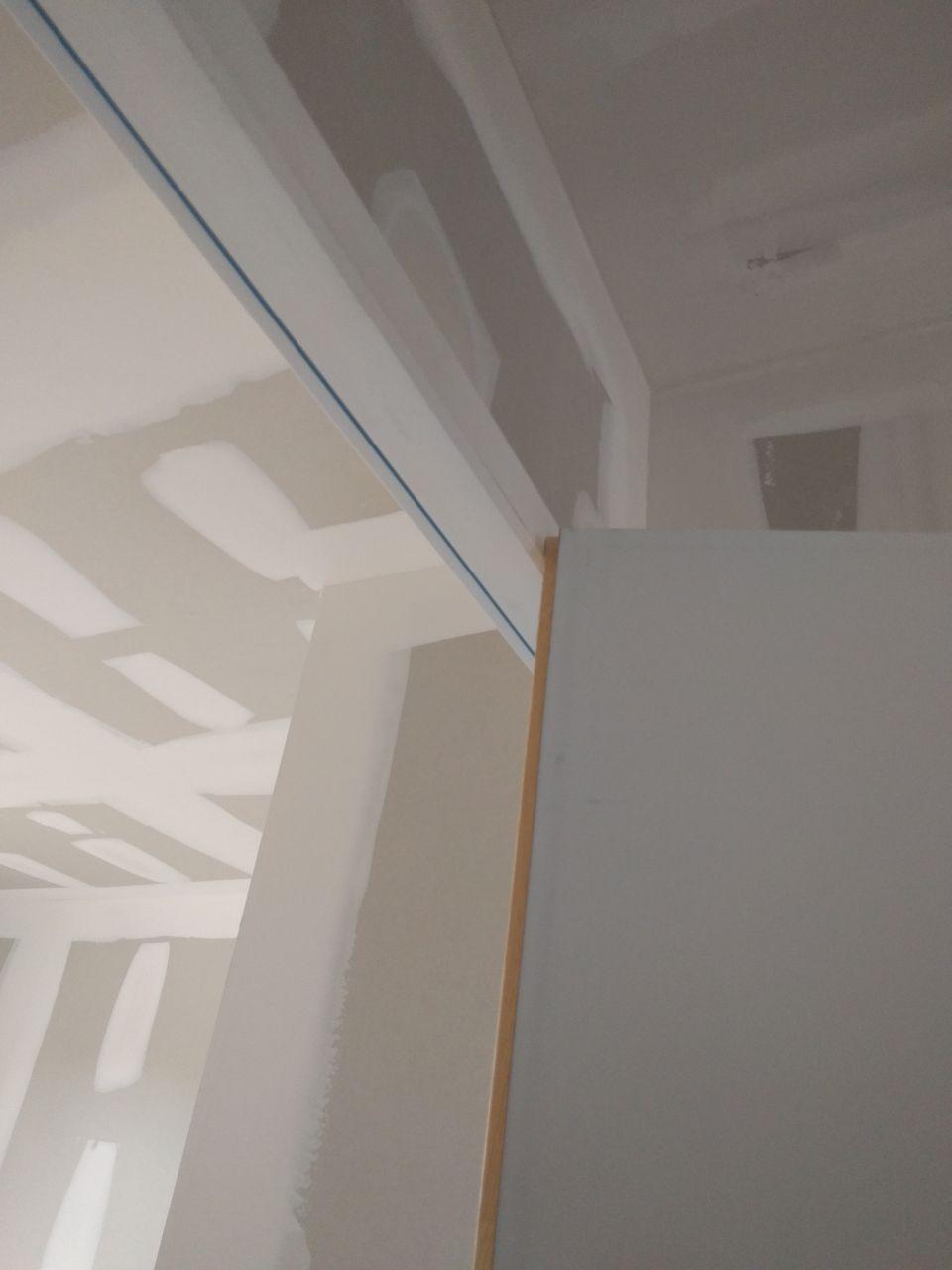 Surprise ! La porte du cellier ne s'ouvre pas entièrement contre le mur et tape contre le cadre de la porte de la chambre à côté