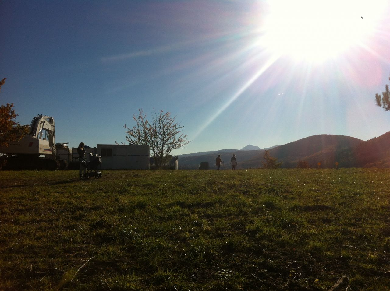 """la vue côté sud, vue """"pour l'instant"""" sur le Puy de Dôme, car notre voisin côté SUD pourrait bien nous cacher cette jolie vue, dur dur!!  on croise les doigts"""