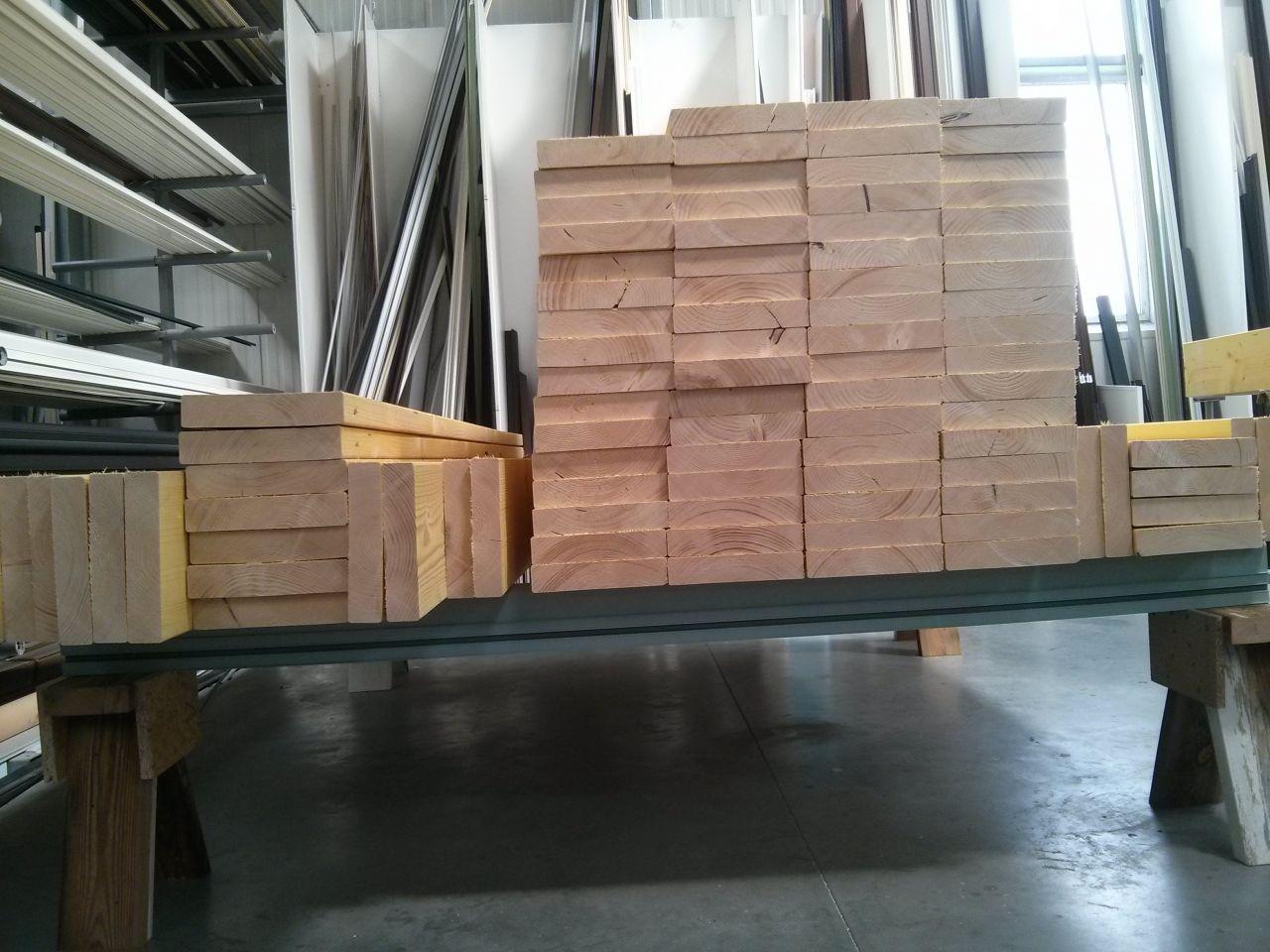 Une partie du bois pour les murs extérieurs après débit