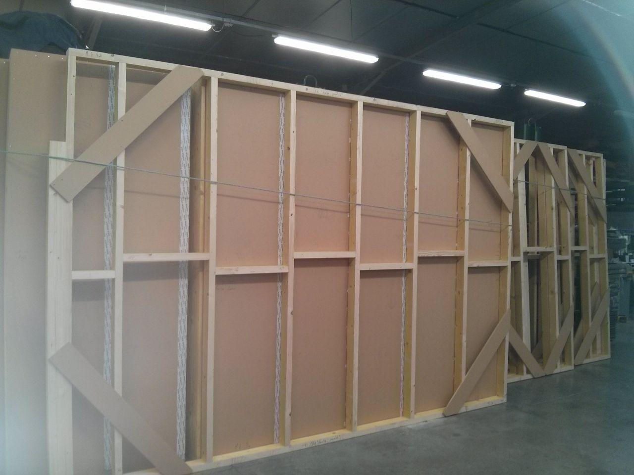 Stockage de tous les murs en attendant le transport sur le chantier