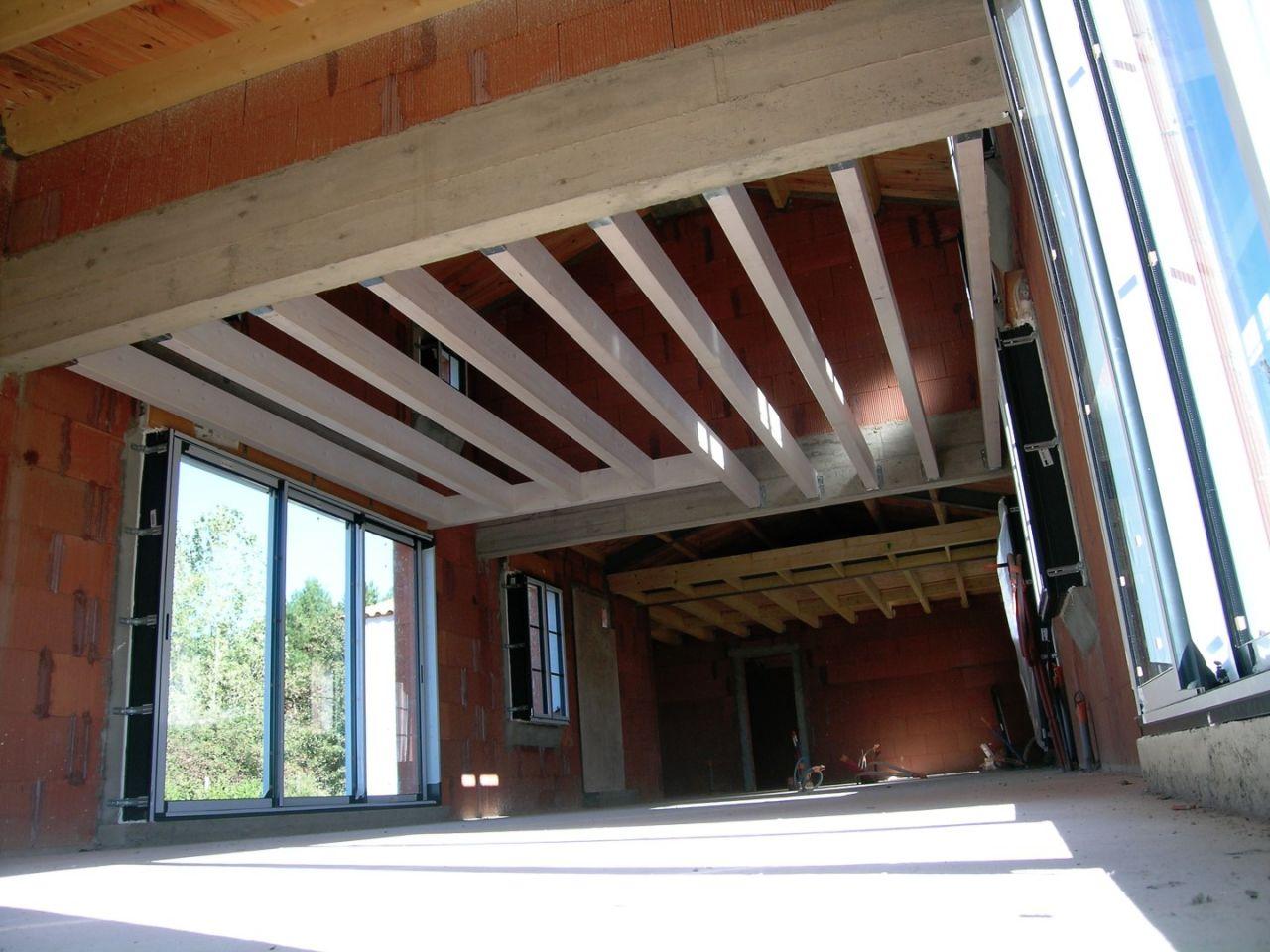 Vue des pannes du plancher de la chambre de l'étage.