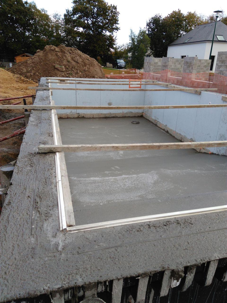 4 murs et presque un toit toiture 4 pans termin es for Piscine beton coule