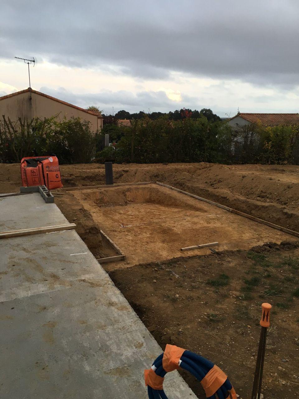 En parallèle de l'élévation des murs le génie civil de la piscine débute
