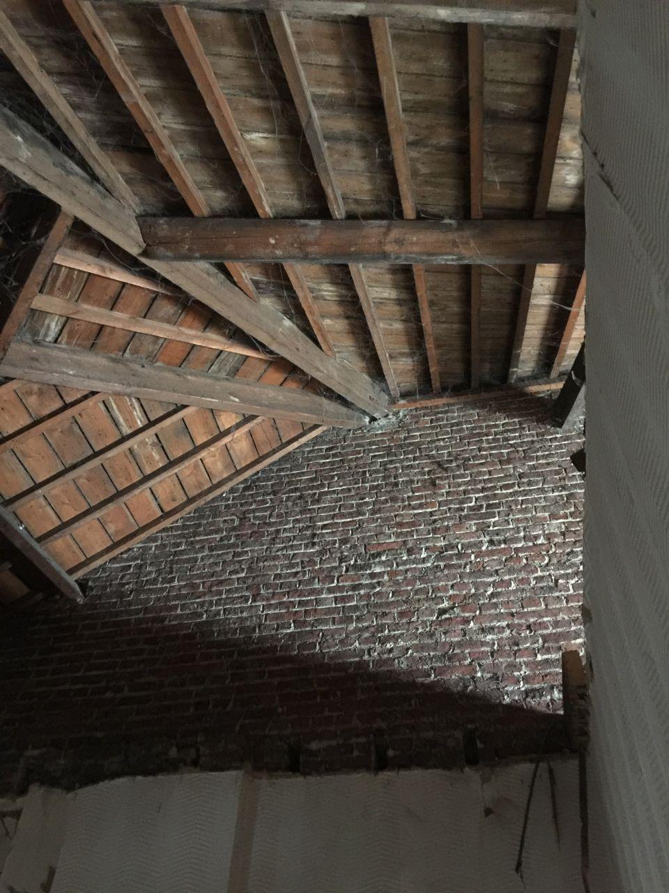 On démolit le faux plafond et le mur qui séparait les 2 pièces de l'annexe