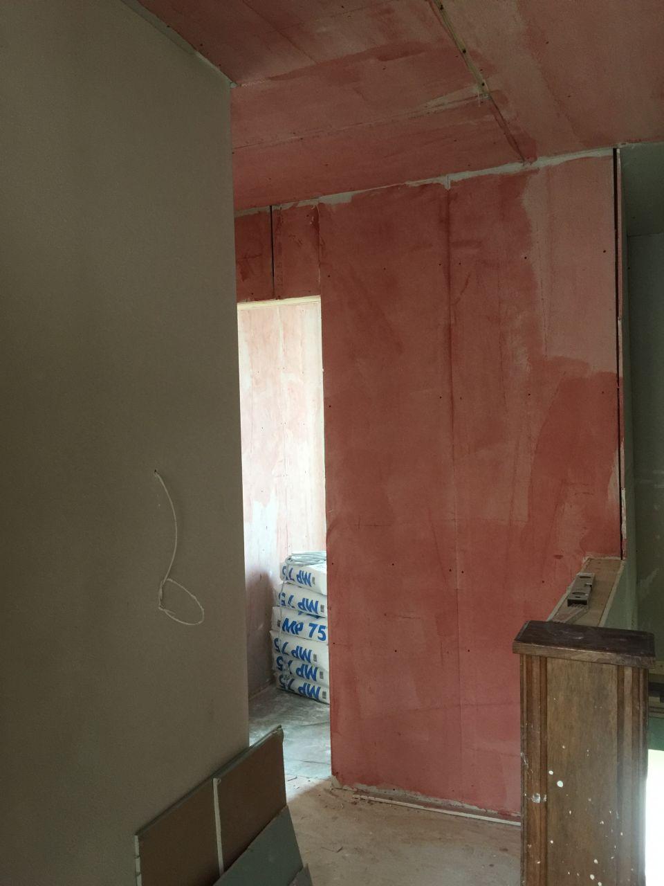 On met l'accrocheur sur le mur de la salle de bain du 1er