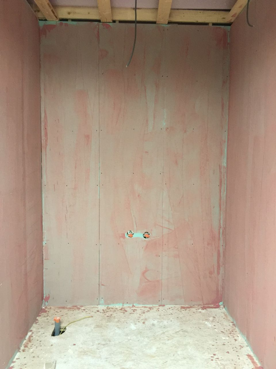 On met l'accrocheur pour la salle de bains parentale (douche italienne)