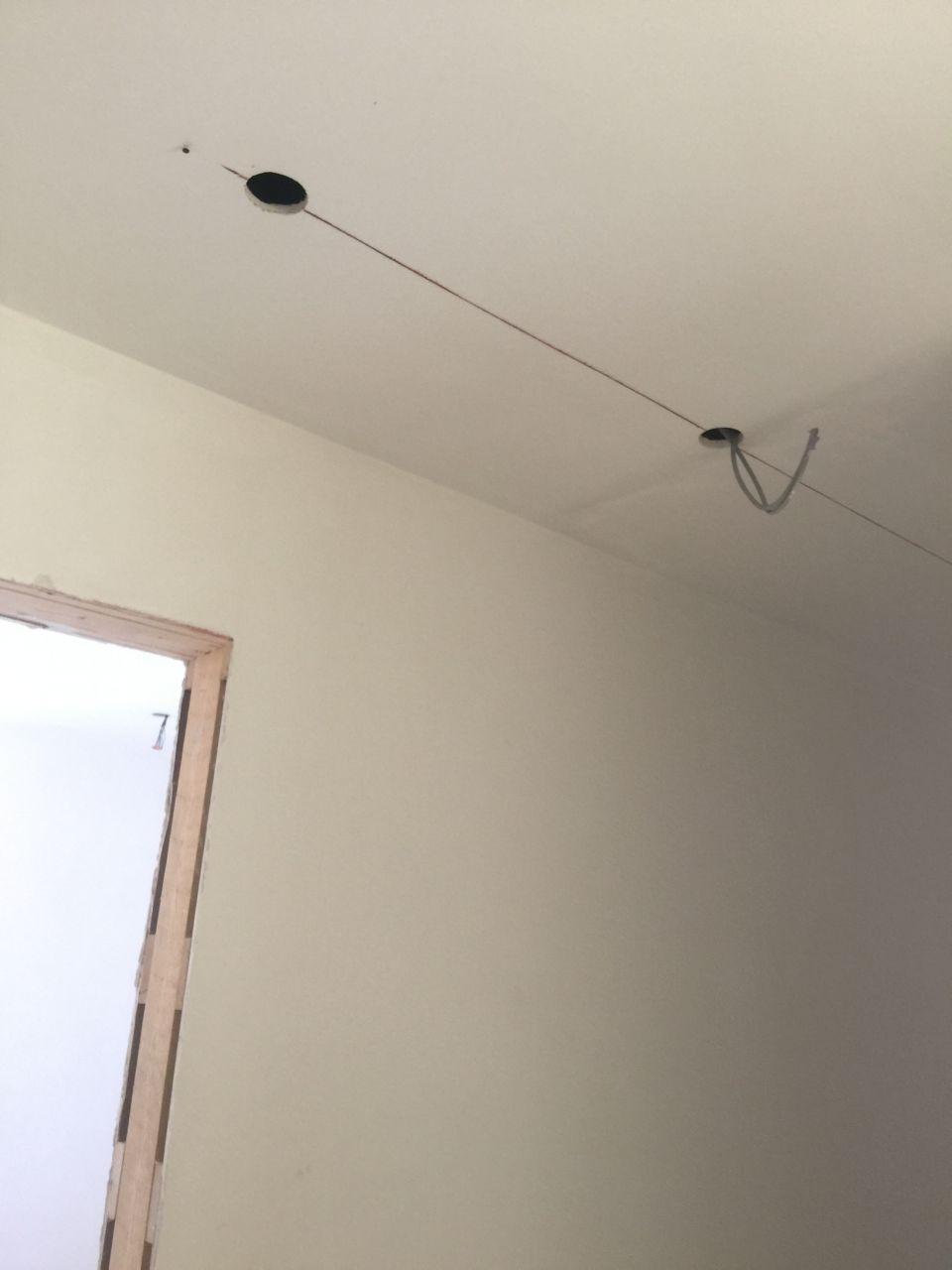 On fait passer les cables pour les spots au 1er