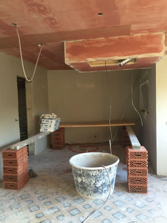 Caissons dans le plafond de la cuisine avec de l'accrocheur + caisson pour hotte