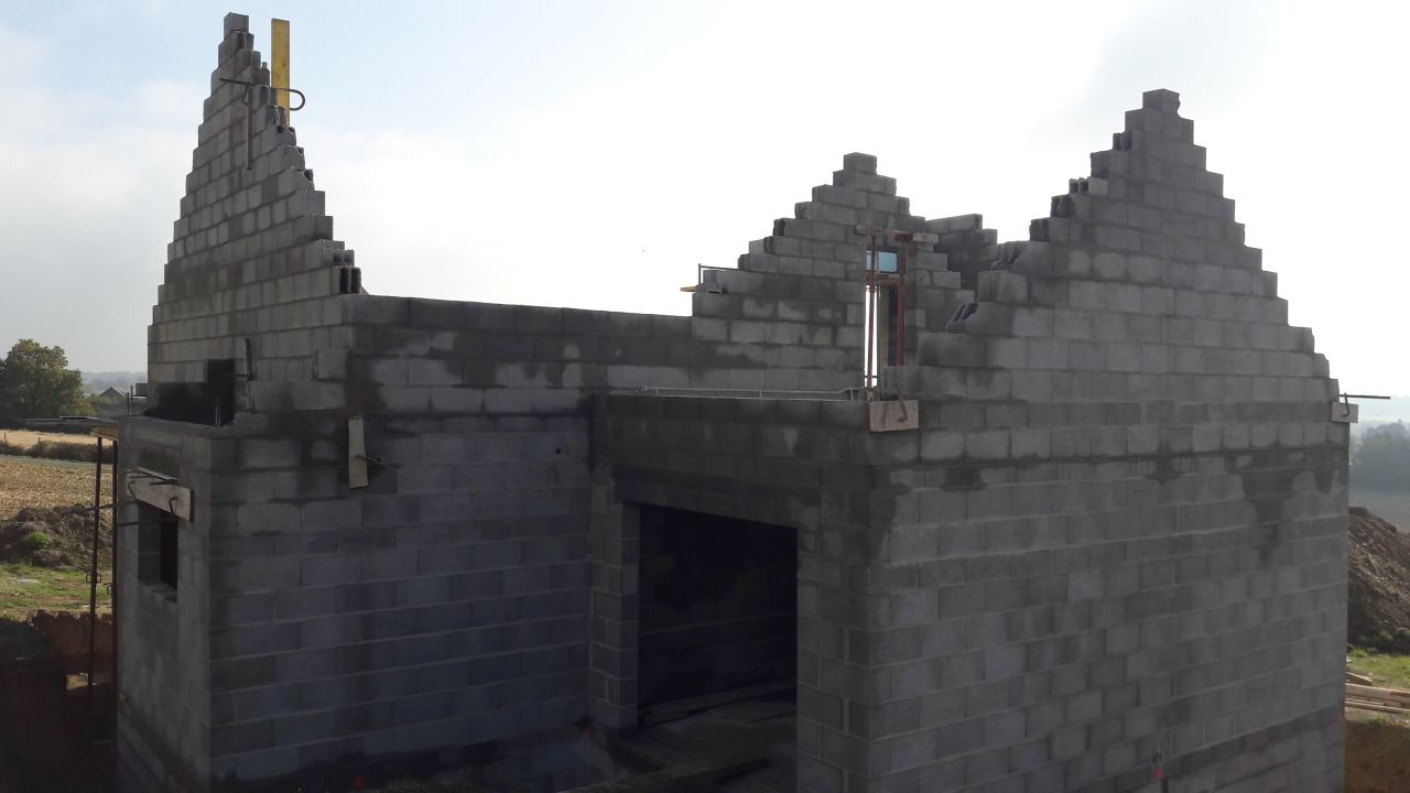 Les pignons du toit arrivent enfin... <br /> Bientôt la charpente.