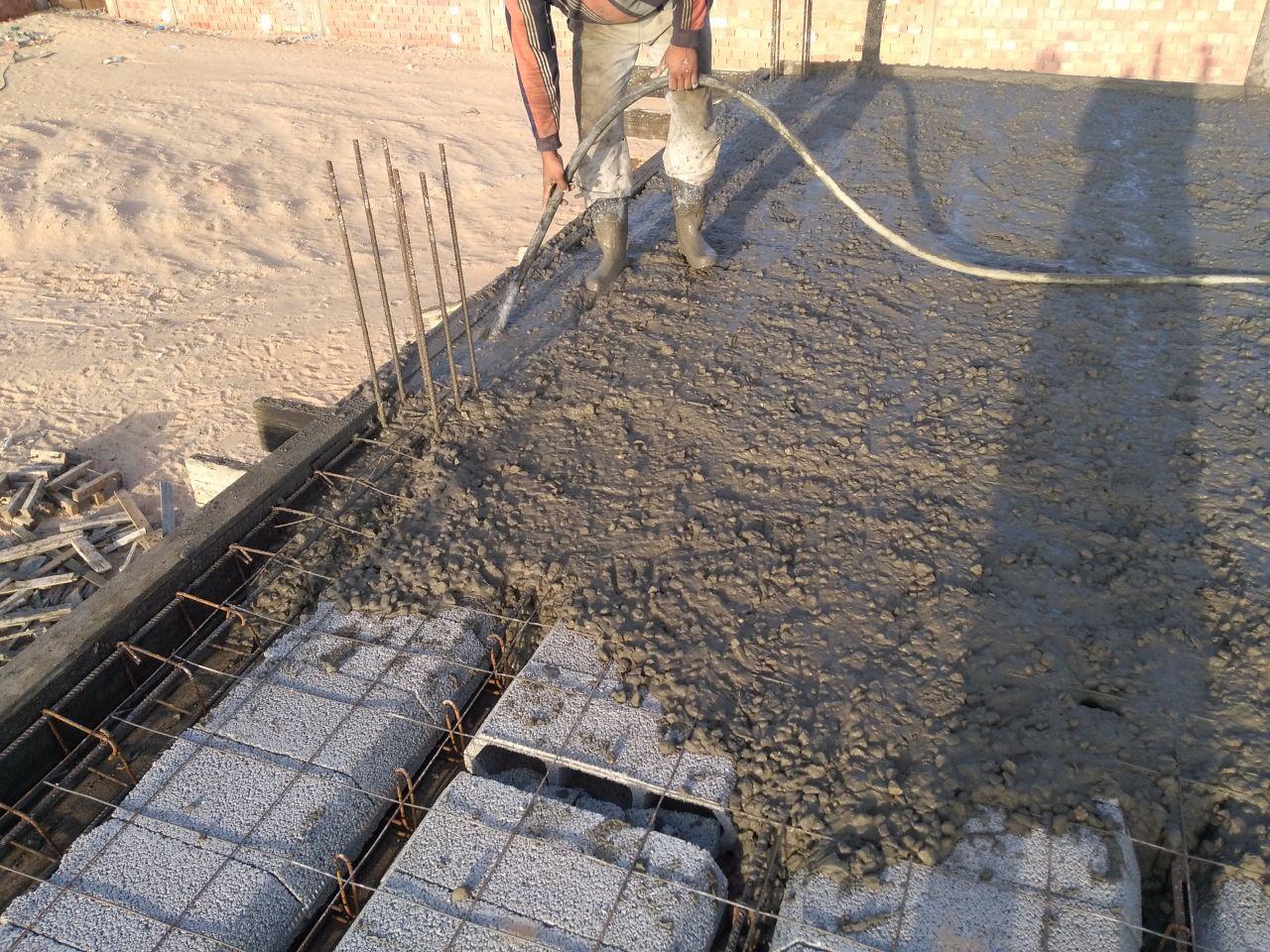 Passage des poutres et poutrelles au vibreur pour que le béton descende bien sous le ferraillage.