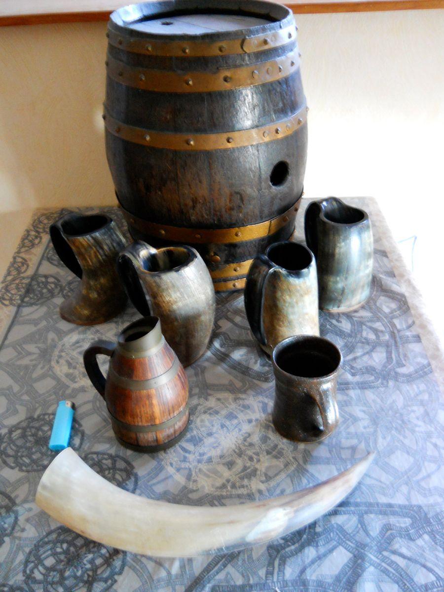 Je commence à rassembler différents objets pour la décoration de l'espace bar/cinéma. Ambiance médiévale et heroic-fantasy.