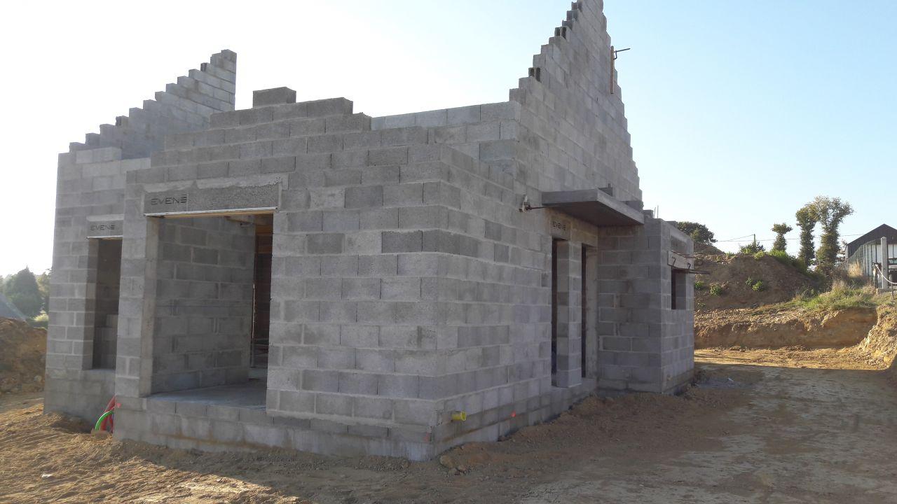 Fin de la construction des murs et de l'étage. On attend la charpente maintenant. Sol remis en forme pour la suite du chantier.