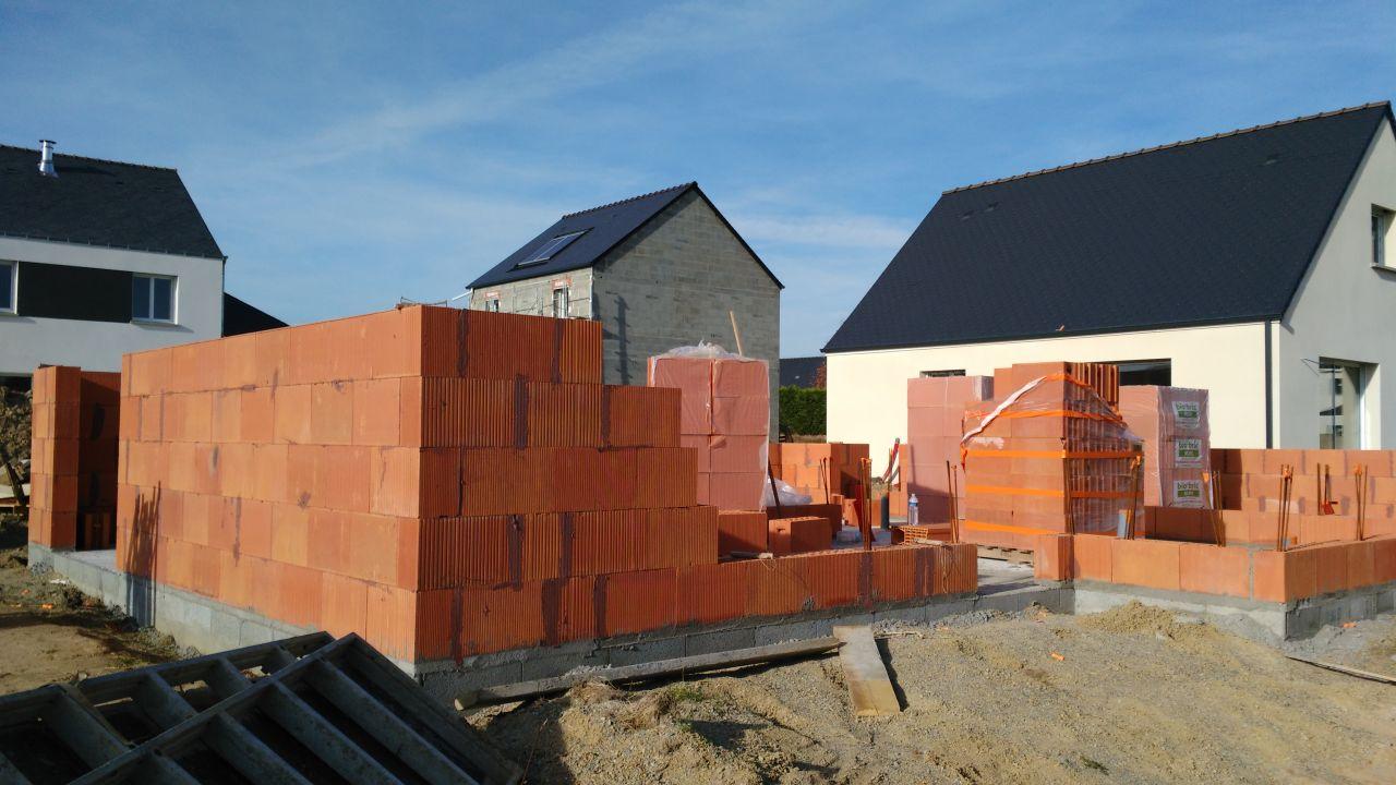 Élévation des murs en briques (rez-de-chaussée)