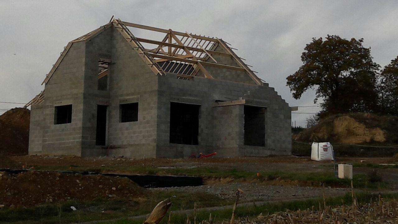 Notre maison avec un peu plus de recul et la charpente en cours