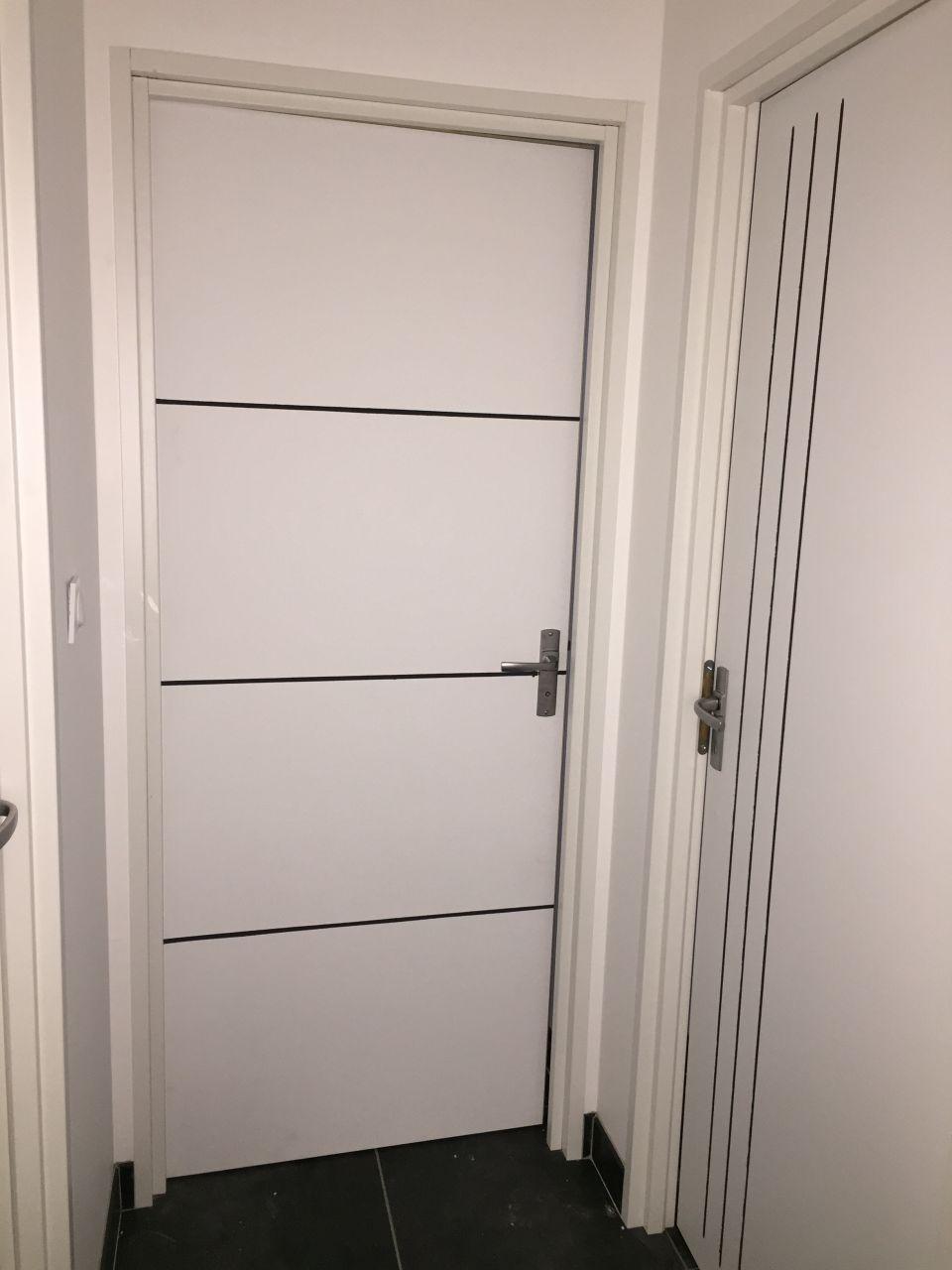 Portes intérieures avec une finition peinture gris anthracite dans les rainures que j'ai fais moi-même.