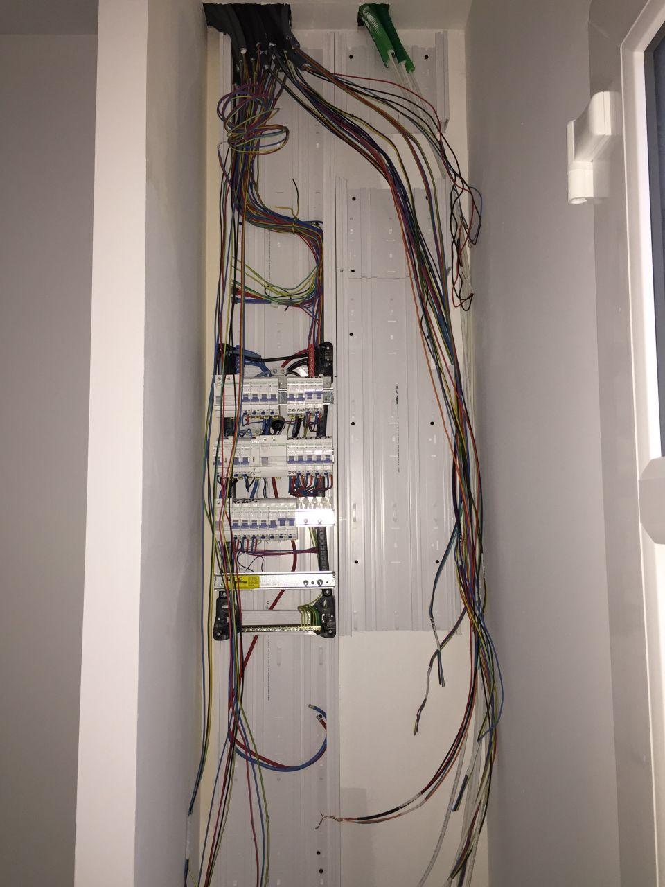 Tableau électrique en cours, la pose des prises et interrupteurs est quasi fini.
